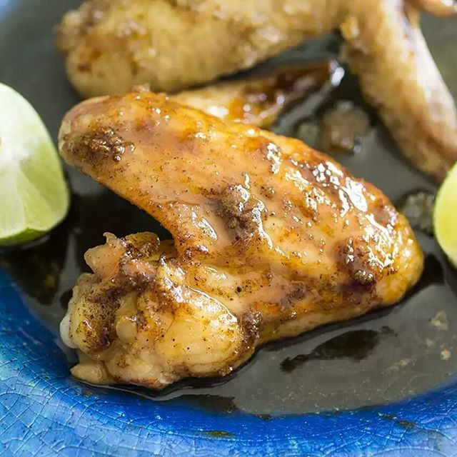 Sweet and spicy honey sriracha chicken wings sooo good you'll end up ...