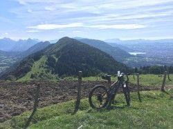 [Haute-Savoie] Dingy - Le Parmelan (Petit Montoir) en VTTAE Vue exceptionnelle sur Annecy et les montagnes, mais attention :  Parcours particulièrement difficile et dangereux en raison de la pente, (difficile même à pied) du terrain et des traces surplombant le vide entre le chalet Chapuis et le chalet de l'Angletaz. Il faut pousser le vélo par dessus des racines et des rochers sur cette portion (3 km et 200 m de dénivelé).  Le reste est composé de routes très pentues goudronnées ou non. Le…