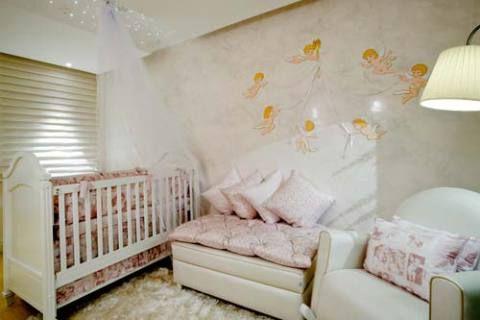 O espaço criado para o bebê pelas designers de interiores Simone Sebba Daher e Telma Lilian de Fátima Matteucci é composto pelo quarto, cantinho do bebê e banheiro. No quarto, um berço, um pufe e uma cadeira de amamentação com cores claras harmonizam com as almofadas em tons de rosa. A iluminação indireta é toda feita de leds – privilegiando o sono do bebê. Em todo o ambiente, foi instalado equipamento para a climatização e sonorização, além de um difusor para odorização e equipamento de…