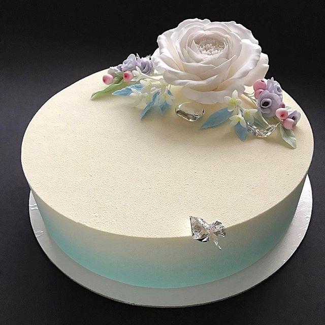 """Нежность... Торт на день рождение для моей дорогой подруги. Такие ассоциации у меня с ней, захотелось самых нежных оттенков, а этот цвет Тиффани  безусловно этот торт - моя любовь!!! Цветы сахарные - прекрасная альтернатива живым, которые завянут, а эти могут стоять вечность! Такой торт можно легко заменить традиционный букет с цветами!:) А какой он вкусный внутри!!! Новый невероятно бомбический вкус Ананас-маракуйя-кокос или моя версия торта """"Пина Колада"""": Кокосовый бисквит,"""