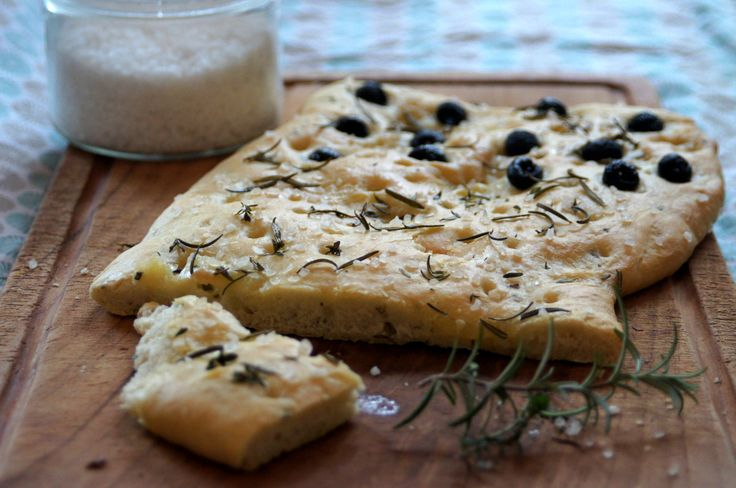 Ruckzuck Rezept für Focaccia-Brot. Lecker zum Grillen, für Sandwiches oder zum Salat. In einer Stunde fertig.