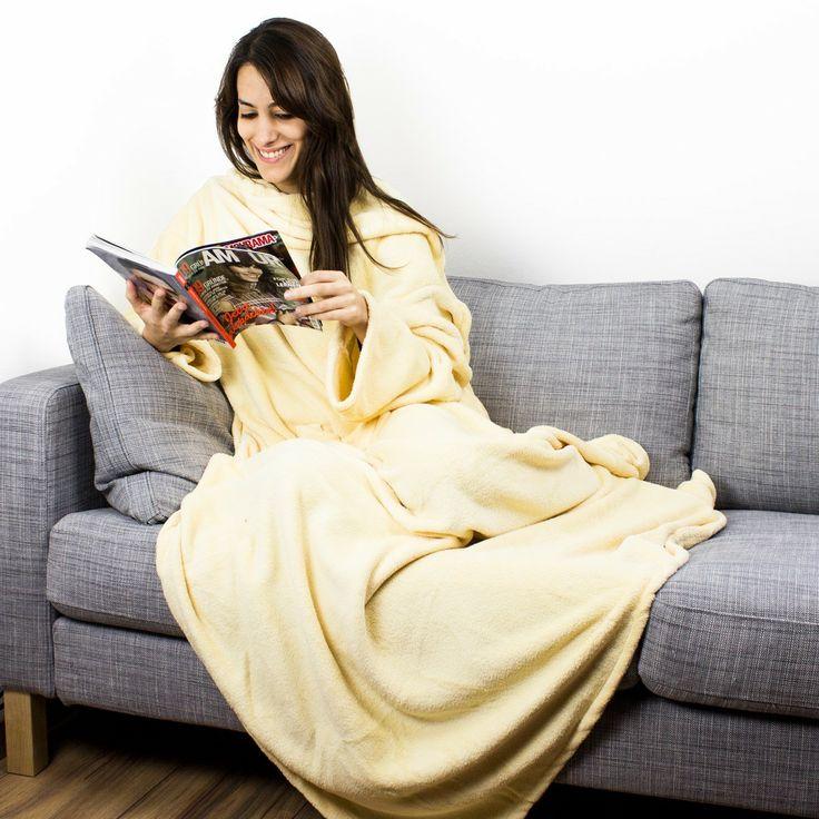 Sowohl zuhause als auch im Zug oder im Flugzeug ist die Hugz Deluxe Kuscheldecke die beste Voraussetzung, um ideal abschalten und entspannen zu können. Damit genießt man kuschelige Wärme, ohne dabei uneingeschränkte Armfreiheit aufgeben zu müssen! Ein tolles Geschenk für alle, die gern gemütlich fernsehen oder lesen!