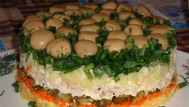 ТОП-8 ВКУСНЫХ САЛАТОВ ДЛЯ ВАС 👍  1) ГРИБНАЯ ПОЛЯНА  ИНГРЕДИЕНТЫ: ● 1 банка маринованных грибов (только целых!) ● 2 отварн. моркови ● 1 куриный окорочок (отварной) ● 3-4 яйца ● 2-3 отварных картофелины ● майонез ● 1 пучок зеленого лука  ПРИГОТОВЛЕНИЕ: Морковь, яйца, картофель натереть на крупной терке в отдельную посуду. Куриное мясо нарезать кубиками. Глубокую миску застелить изнутри пищевой пленкой. Первым слоем выложить маринованные грибочки один к одному, плотно. Вторым слоем выложить…