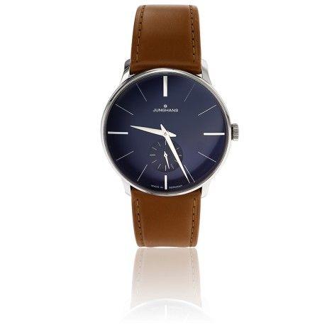 Elégante montre pour hommes de la colelction Handaufzug de Junghans au bracelet en cuir marron lisse brillant, boîtier en acier et cadran bleu soleillé.