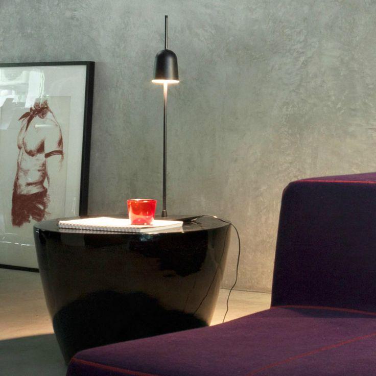 Luceplan Ascent, una lampada da tavolo che regola la sua luce tramite lo spostamento sull'asse di sostegno del corpo luminante.