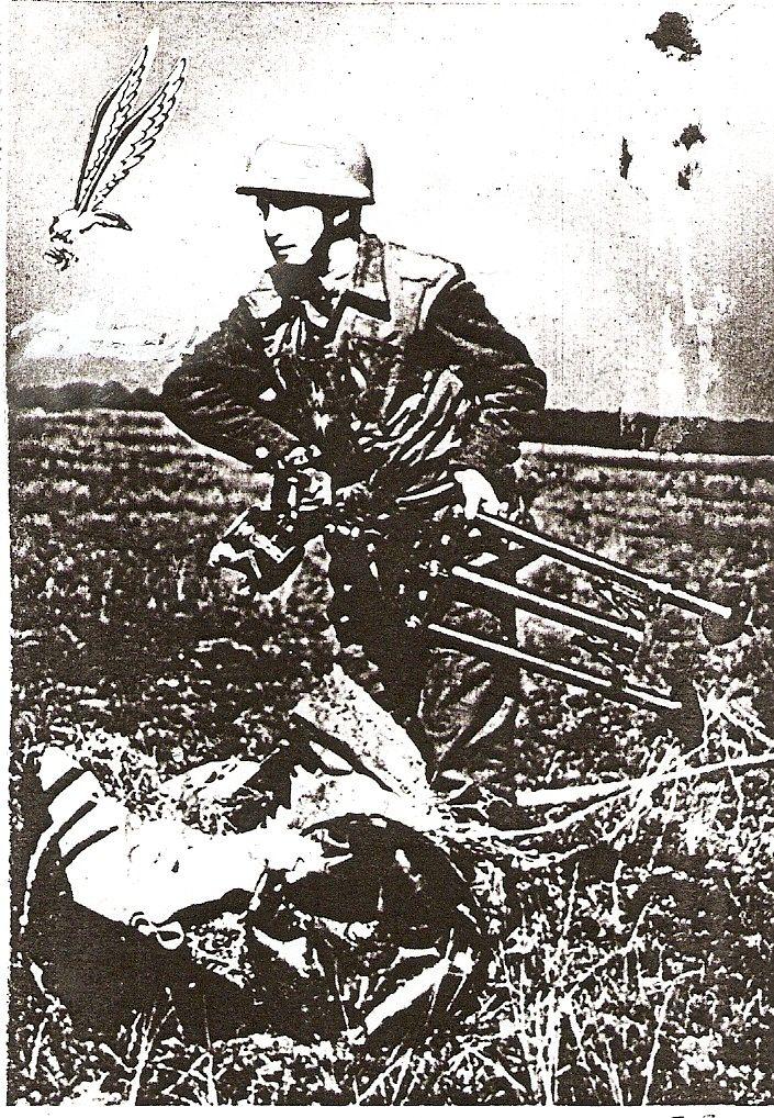 Spadochroniarz 1 SBS w pełnym uzbrojeniu w walce
