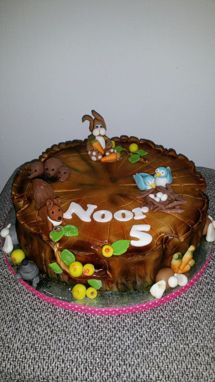 Boomstam taart met diertjes