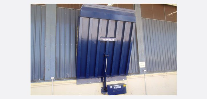 MKS PND EF (6000 | 9000 | 12000kg). Modelo para instalação frontal à doca de concreto, fixada através de parafusos com buchas metálicas ou chumbada com grapas.  Grande aplicação em construções em que a doca de concreto já está pronta, dispensando as obras para o nicho.  Acionamento através de um cilindro hidráulico para a elevação / basculamento com unidade eletro-hidráulica e motor elétrico de baixo consumo e comando através de botoeira.