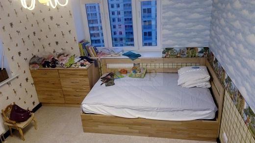 Комод и кровать с подъемным основание из Бука с вырезками под евро плинтусы