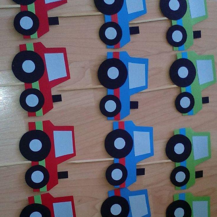 Tractors op een prikker, ideaal om in een cupcake of krentenbol te prikken  www.hippe-traktaties.nl  #tractatie #traktatie #traktaties #trakteren #feestje #feest #kinderfeestje #kinderfeest #jongens #tractors #trekker #handgemaakt #hippetraktaties