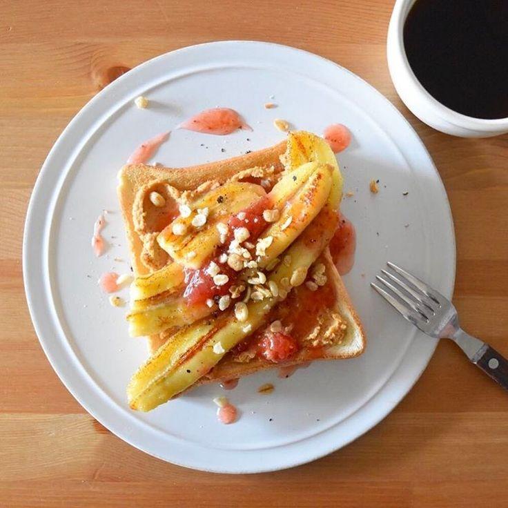 Today's breakfast. 今朝の食パン。ピーナッツバターに水切りヨーグルトと砂糖混ぜたクリーム?に、焼いたバナナをのせて、いちごジャムをプラス。見た目ほどジャンクな甘さでもない感じ。これはこれで良いけど、甘いピーナッツバターとバナナ、チョコレートソースの激甘なのも食べたくなる。。