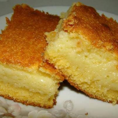 4 tojás ,4 csésze tej ,3 csésze cukor ,2 ek búzaliszt ;1,5 csésze kukoricadara ,2 evőkanál margarin ,100g reszelt sajt ,1 ek sütőpor   Keverjük össze ,  olajozott és lisztezett formában süssük a forró sütőben 30-40 percig, amíg aranybarna nem lesz.  A tészta nagyon krémes.