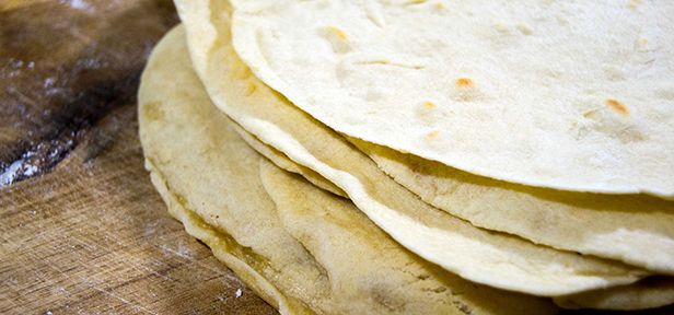 Tortillas selber zu machen ist gar nicht so schwer. Tortillas selber machen ist dabei nur der Anfang. Denn wenn man erst mal ein paar Tortillas fgemacht hat, läasst sich daraus so viel mehr selber machen. Sie können zum Beispiel leckere Burritos machen.