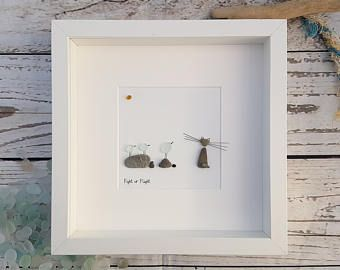 Este artículo está listo para enviar.  Recibirá la obra fotografiada anteriormente.  Goedwig, la palabra Galés para el bosque. Una escena inspirada por el bosque que veo por la ventana de mi estudio.  El trabajo es producidos piedras de la costa del sur de Gales, vidrio reciclado y ramas de los árboles muy que inspiran el trabajo. Con natural mixta, intento capturar al espíritu de la naturaleza que me rodea.  La colección de primavera toma vaso de mar para crear el complemento perfecto para…