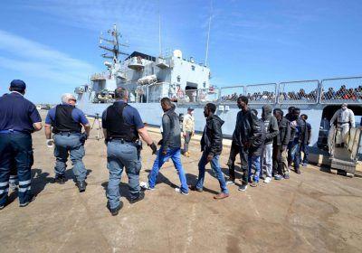 Foto Andrea Di Grazia/Lapresse 13-5-2014 Augusta (SR) Cronaca  Il pattugliatore Sirio della Marina Militare conduce al porto di…