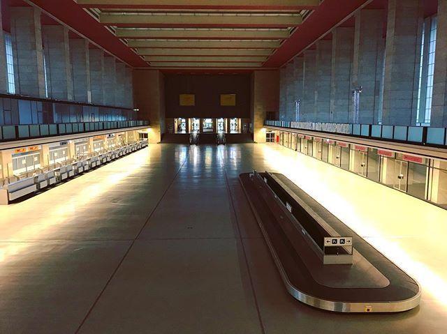 Die große Halle. Das Gepäckband wird heute bei Firmenfeiern auch gern mal als Sushi-Straße genutzt. Im Wandel der Zeit. #tempelhof #berlin #flughafen #geschichte #architektur