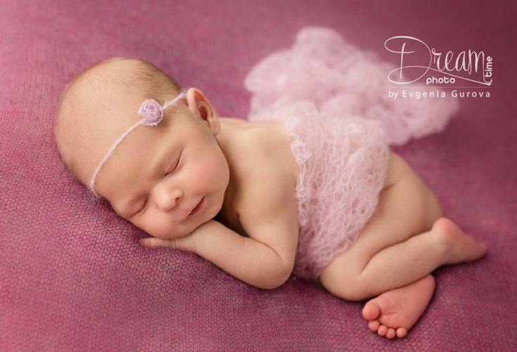 photo of newborn Ksenija with rose blanket