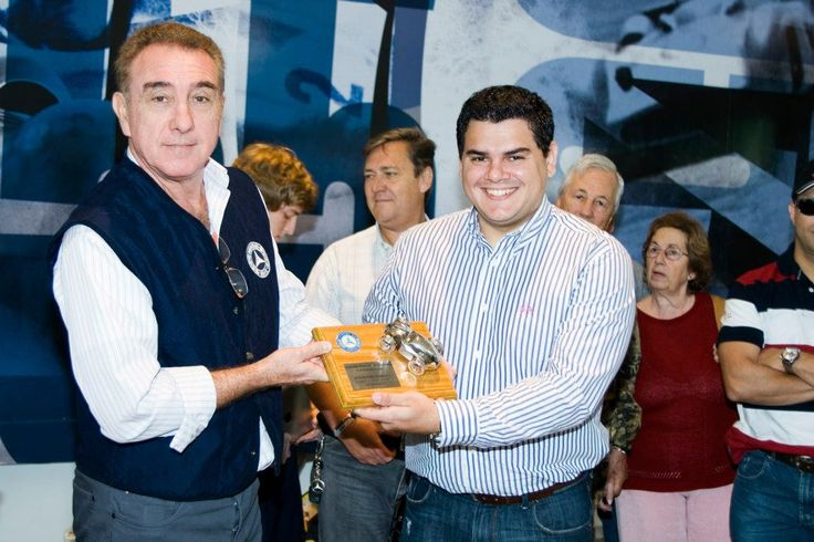 Presidente del Club Mercedes-Benz Argentina, César Doctor, entrega una plaqueta conmemorativa a Enio Domingues, Director Comercial de Fangio Concesionarios.
