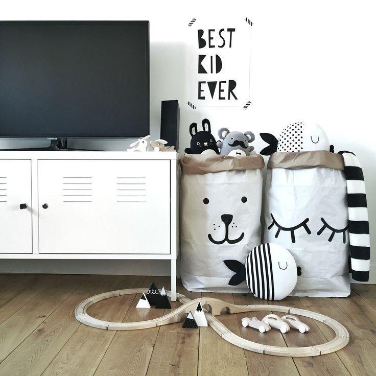 • K I D S C O R N E R • Met 'stylisch verantwoorde' opbergers is het in een mum van tijd weer opgeruimd. www.woodkidz.nl
