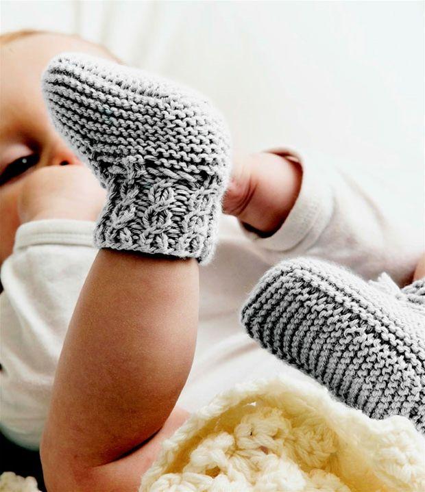 Skønne hjemmestrikkede sokker til baby.  I love these, but I need a translator!!!