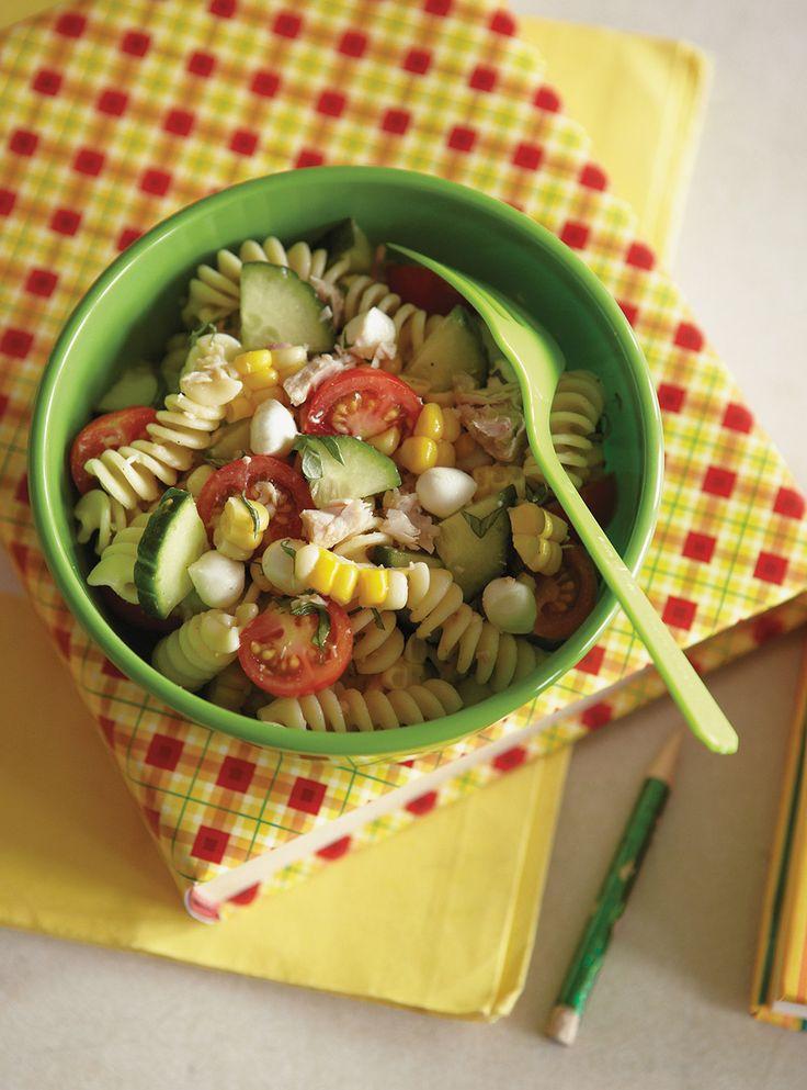 Recette de Ricardo de Salade de pâtes au thon, au maïs et aux tomates cerises