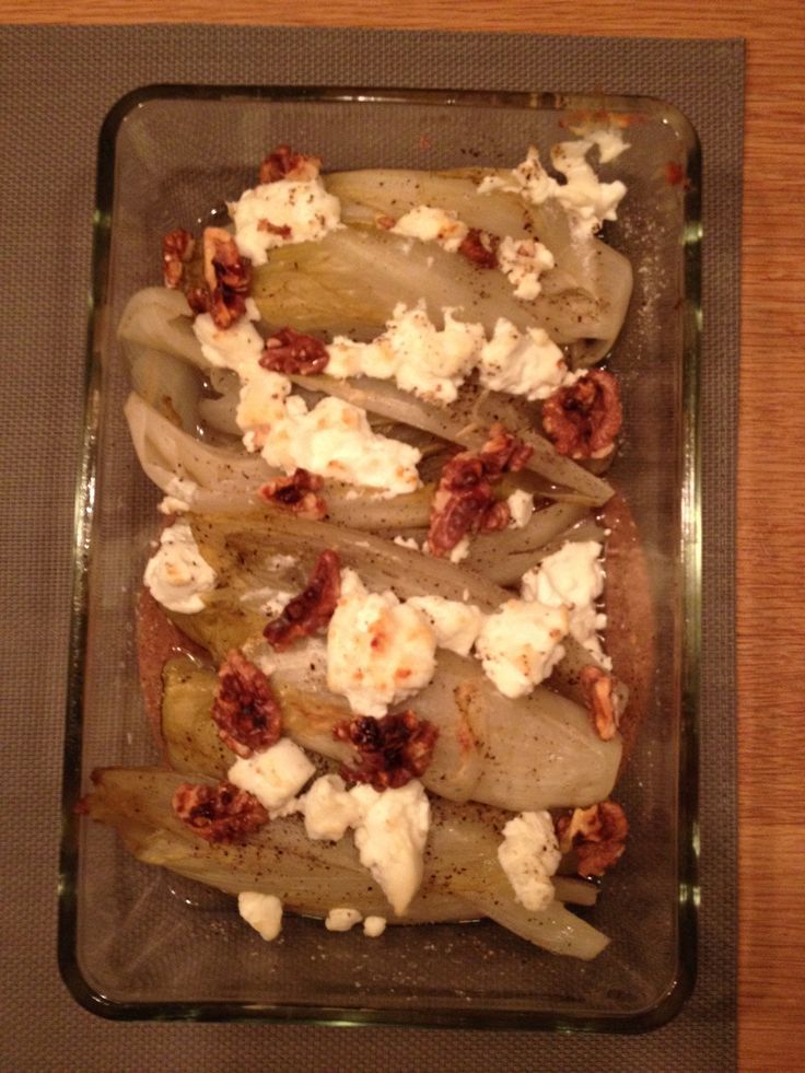 Gekruide witlof met geitenkaas, honing en walnoten uit de oven.
