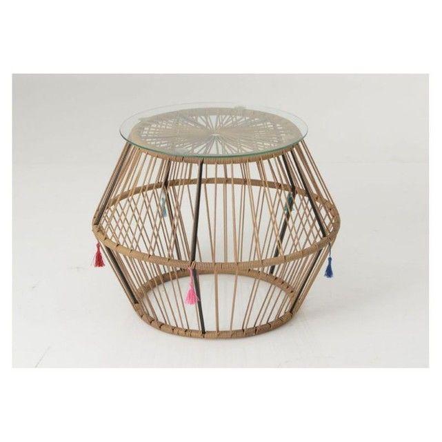Une table basse de la gamme Khalo à la forme convexe qui rappelera le style original des années 60. Son plateau en verre et sa structure en métal assureront la solidité de ce meuble. Description technique : Dimensions :L: 60 x H: 45 x P: 60 cm. Structure en fil métallique recouvert d'un tressage PVC résistant. Plateau rond en verre trempé. - Dimensions : Hauteur 45 cm x Largeur 60 cm x Longueur 60 cm - Poids 6.5 Kg - Coloris : bois clair
