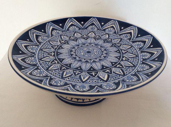 Linda boleira em azul e branco, prato de 28 cm de diâmetro com pé.