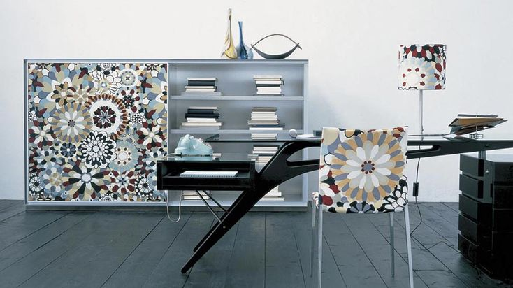 Nello studio, la scrivania  a centro stanza ha un aspetto professionale, ma i decori floreali stile anni Settanta rendono l'atmosfera più glamour. Zanotta