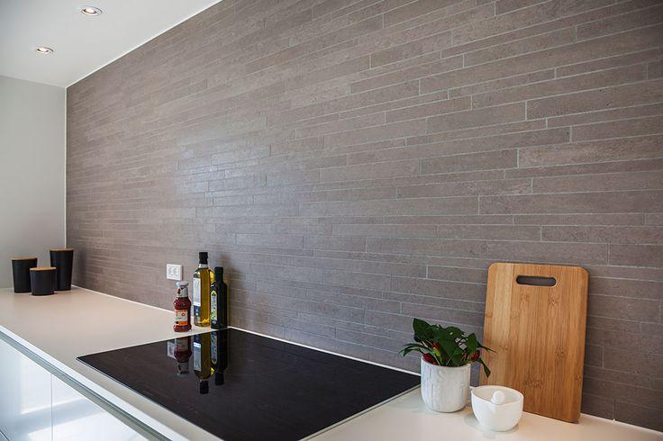 Skab kontrast med fliser på køkkenvæggen #huscompagniet #inspiration #indretning #husbyggeri #nybyg #husejer #nythus #arkitektur #typehus #køkken
