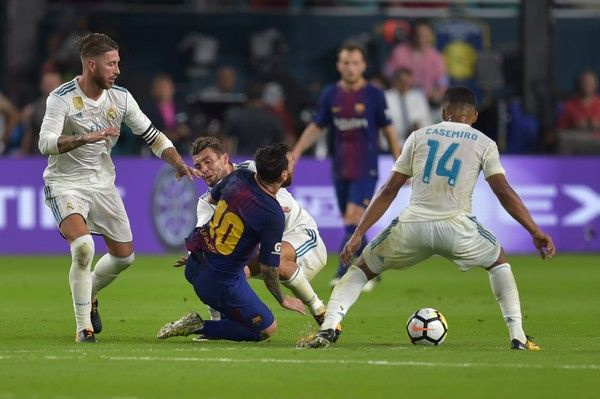 Lionel Messi (C) of Barcelona vies for the ball with Mateo Kovacic(C-BACK) of Real Madrid during their International Champions Cup football match at Hard Rock Stadium on July 29, 2017 in Miami, Florida. / AFP PHOTO / HECTOR RETAMAL