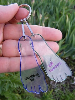 Everyday Mom Ideas: Footprints Fathers Day Key Chain -DIY Tutorial. Want to make...