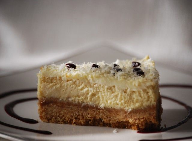 The new york cheesecake is a cheeseAmerican cake, made of a crispy crumbled cookies base covered with a soft cream cheese and sour cream with a glaze. It is presented in countless variations especially as regards to the decoration: fresh fruit, dried fruit, chocolate sauce, gelatin.You\'ll find here my favorite version: cheesecake baked and decorated with red currant sauce.