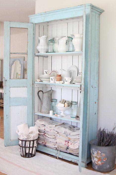 Estantería envejecida en azul tipo Cielo de verano de Autentico #chalkpaint y blanco.