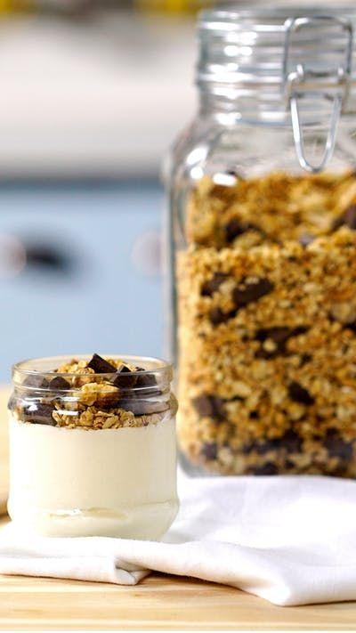Você sabia que é possível fazer sua própria Granola em casa? Veja que delicia essa versão com chocolate!