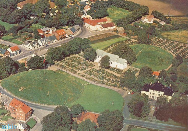 arkiv.dk | Postkort: Jelling, ca. 1970 (luftfoto)
