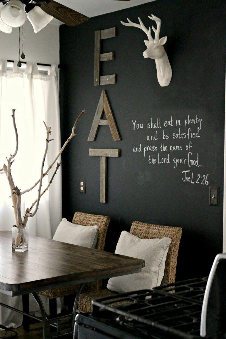 wandfarbe schwarz wanddeko rentier holz esstisch moebel modern korb stuehle