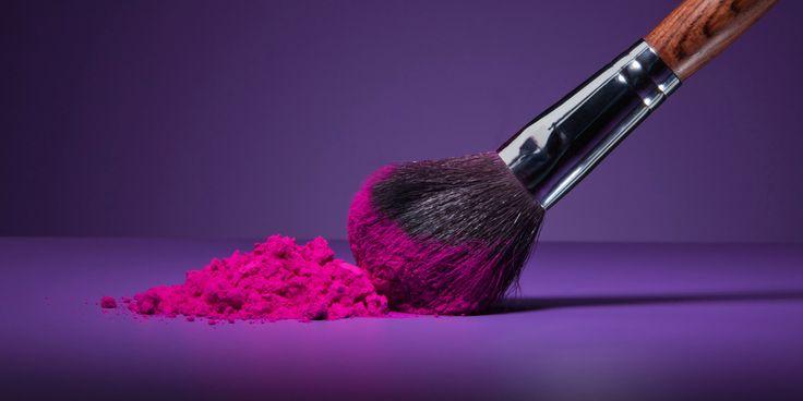 In den feinen Härchen von Pinseln sammeln sich Make-Up-Reste, die der perfekte Nährboden für Bakterien sind. Die Lösung: Pinselreiniger.