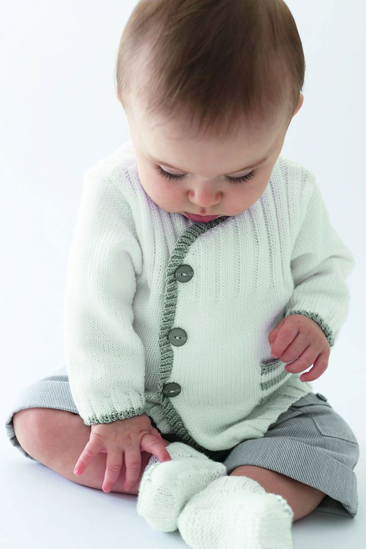 Cette petite veste confortable est idéale pour la rentrée.Le boutonnage assymétrique est souligné d 'une bordure contrastée. Une petite poche en jersey rayé habille le devant.  Découvrez ...
