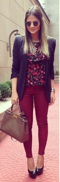 Thassia Naves. Calça vinho, blusa floral fundo escuro, blazer roxo, salto alto preto.