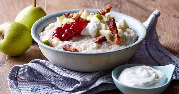 Byggrød forbinder vi normalt med noget sødt. Her er vi ovre i det salte køkken - lidt a la risotto. Prøv grøden med bacon, tyttebær, pærer og den friske yoghurt - den smager rigtig godt.