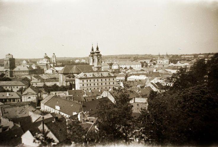 látkép a várból. Balról a Líceum, a Főszékesegyház, a Minorita templom és a Ciszterci templom.