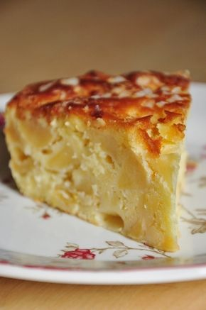 Blog : Mathilde en Cuisine  - 150Gr de farine à gâteau (= avec levure incorporée)  - 120Gr de beurre mou, coupé en dés  - 100Gr de sucre en poudre  - 4oeufs  - les zestes finement râpés de 2 citrons  - 1 pincée de sel  - 40Gr de sucre perlé  - 800Gr de pommes  - le jus d'un citron