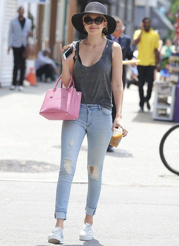 look-gigi-hadid-com-jeans-rasgado-regata-chapeu-cinza