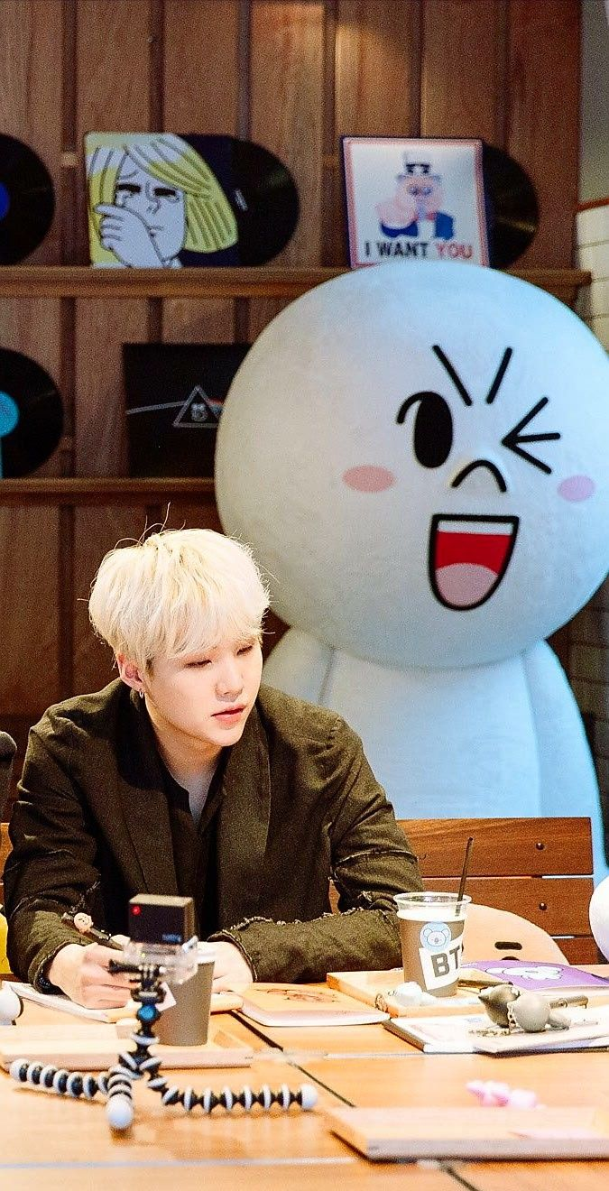 why this 3 faces in the background are literally every suga stan?!!!