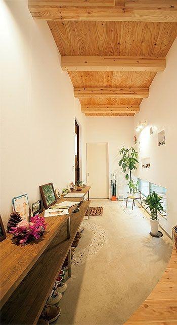 玄関は左側のドアで、正面の白い引き戸は納戸。  土間をイメージしているそうです。  広い空間にお気に入りの雑貨などをならべて楽しまれています。…