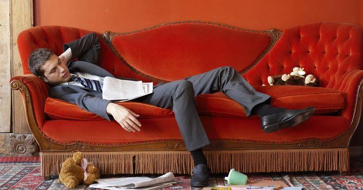 Quais cores posso usar com um sofá vermelho?. Um sofá vermelho pode ser uma bela adição a uma sala de estar certa, mas no lugar errado pode ser incômodo para os olhos. Se você tem um sofá vermelho e está determinado a fazê-lo combinar com o resto da sala, há alguns esquemas de cores que irão realizar essa integração. Escolha suas cores com cuidado, a fim de dar à sua sala uma integração ...