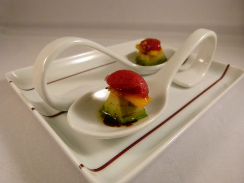 Amuse Gueule mit Avocado, Mango u. Cherry Tomate