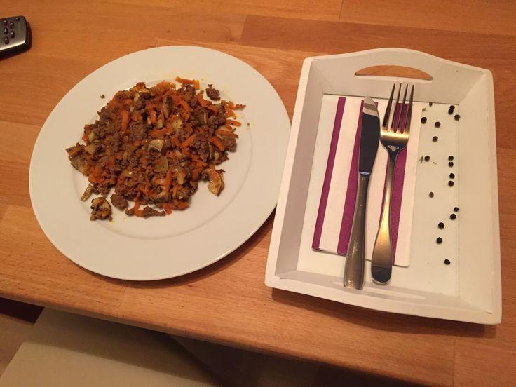 Spiralschneider machen aus Karotten Spaghetti und mit Hackfleisch, Champgions, Knoblauch und Zwiebeln gibt es eine leckere Low-Carb Pfanne