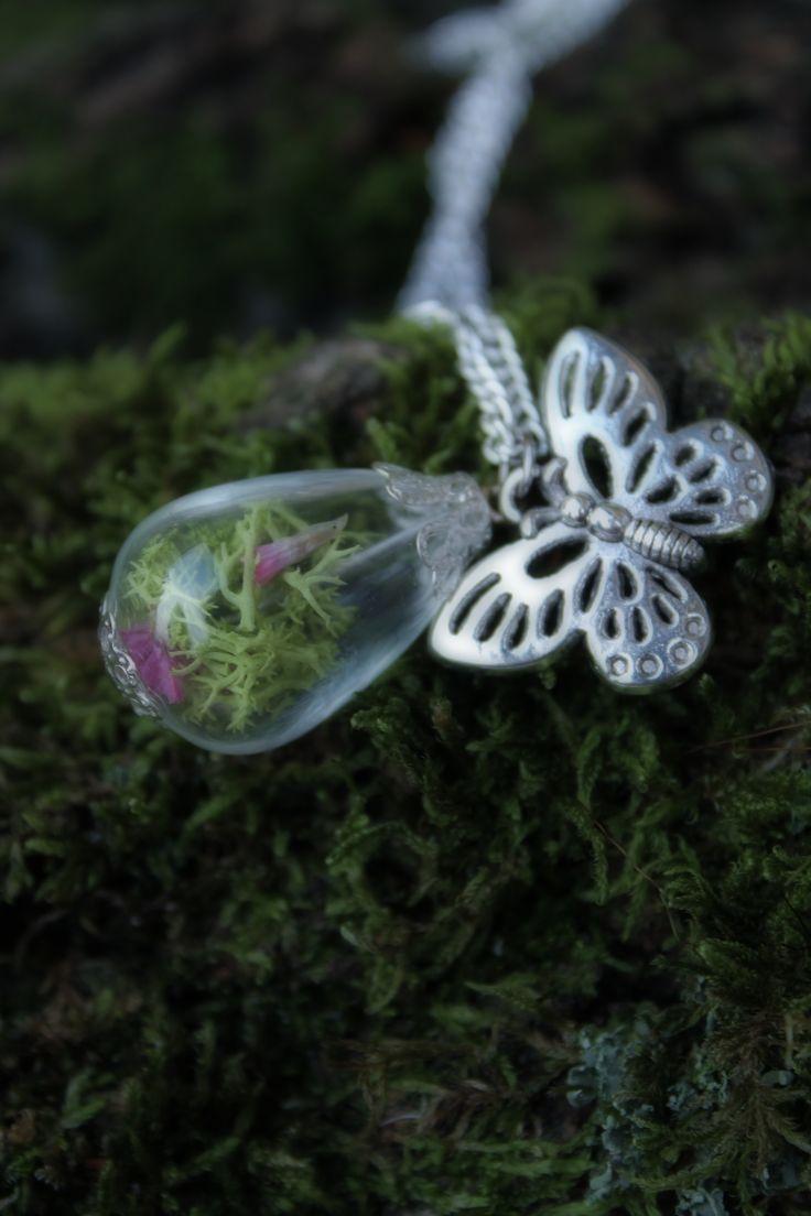 Waldelfenkette, Glastropfen gefüllt mit Moos und kleinen Blüten...